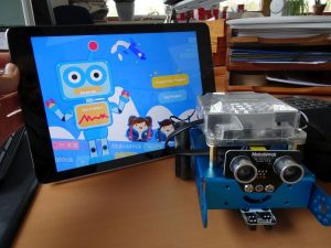 mBot vor Tablet mit mblockly Software