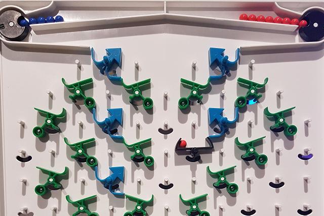 Bild von Turing Tumble Platte mit aufgesteckten Schaltern.