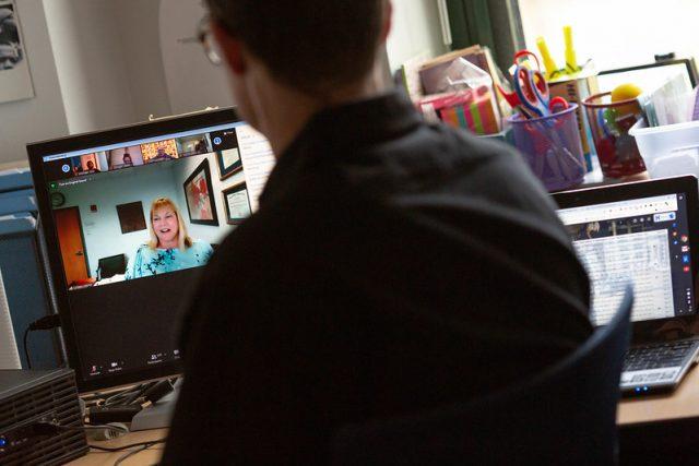 Lehrerin im Online-Unterricht